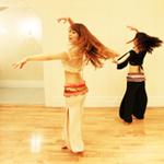 テクニックとステップを組み合わせて振付に沿ってベリーダンスを踊る練習